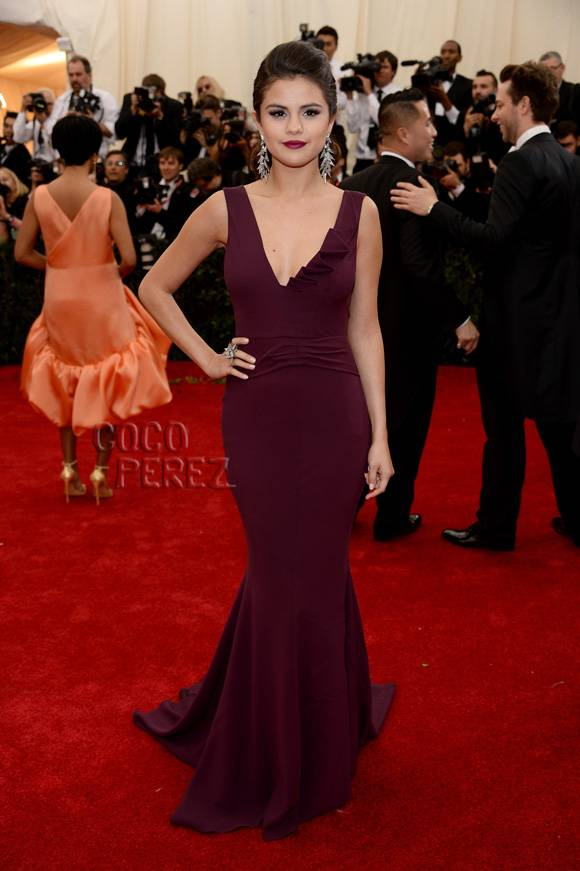 met-gala-2014-selena-gomez-red-carpet__oPt