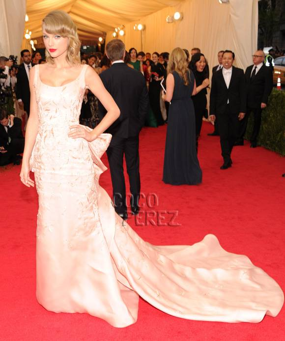 met-gala-2014-taylor-swift-red-carpet__oPt